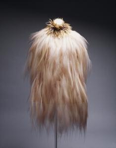 Volumes são equlibrados pela leveza e textura fosca da plumagem.