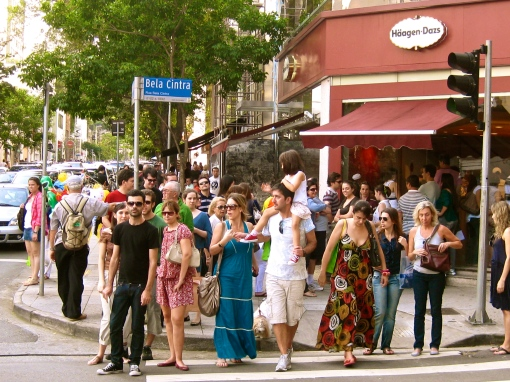 O fervo do shopping ao ar livre nas esquinas das ruas Oscar Freire e Bela Cintra.