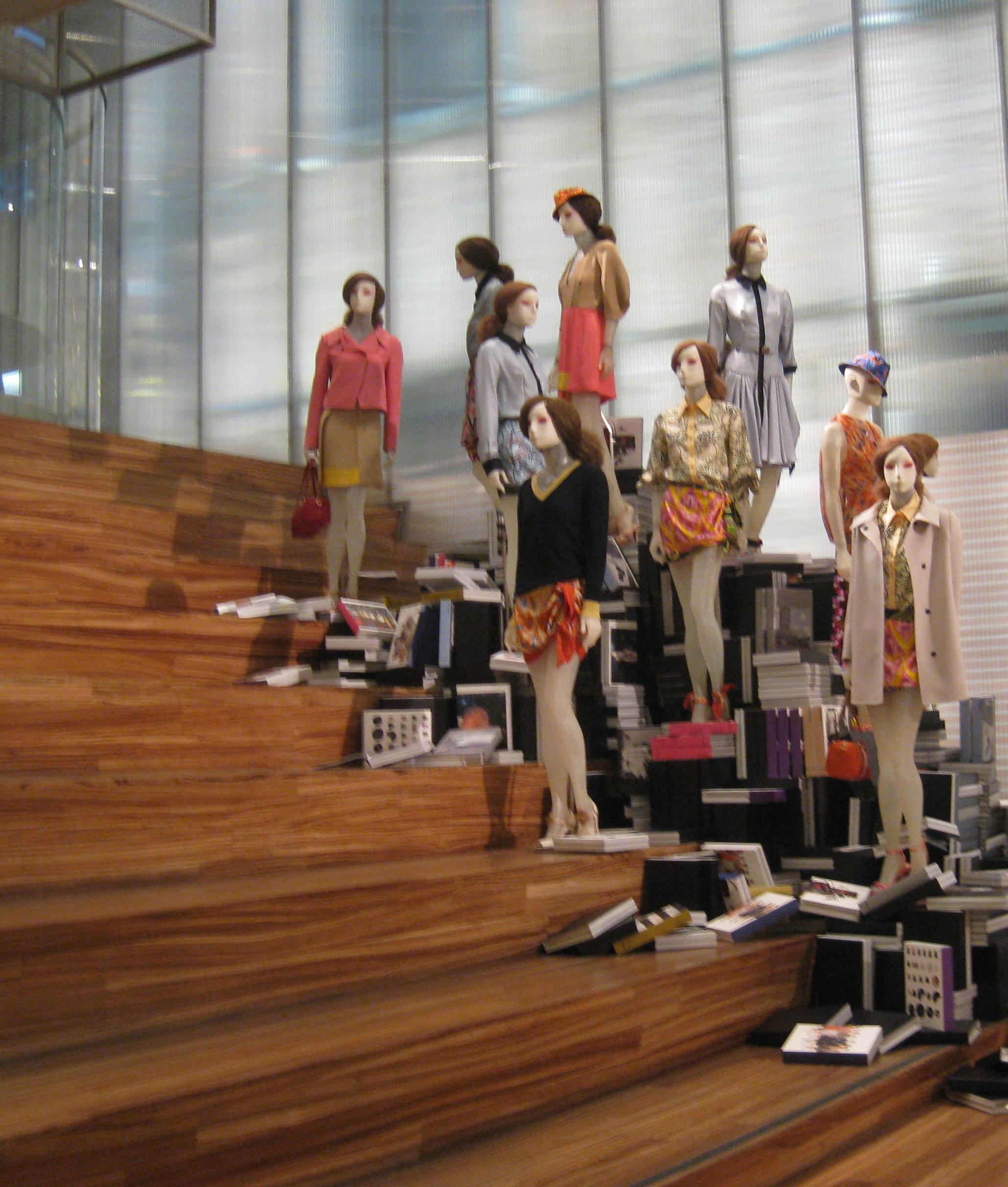 O exposição de produtos da Prada surpreendem tanto quanto instalações de  arte. 0f40d1afd0